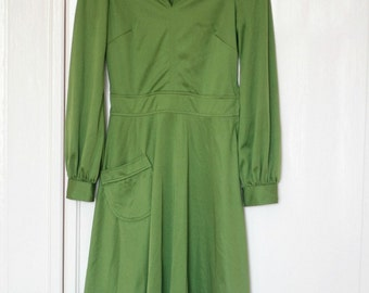 Vintage Green 70s Dress Long Sleeves//Vintage 70s green dress with long sleeves and point collar, best suited for size XS/S