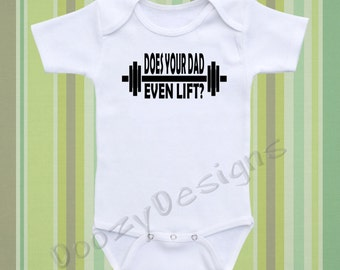 Fitness Onesie ® Gym Onesie ® Dad Onesie ® Baby Shirt Funny Baby Onsie ® Baby Shower Baby Gift Baby Boy Baby Girl / Does Your Dad Even Lift