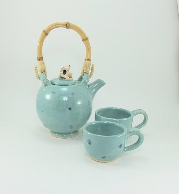 small teapot with 2 cups and a beagle