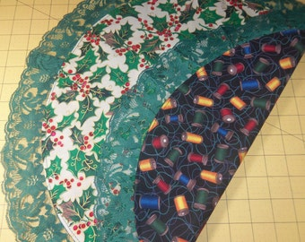HOLLY / THREAD SPOOLS Reversible Doily or Basket Liner
