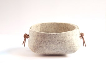 Felt bowl w. Leather cord - jewelry organizer - jewelry tray - ring holder - jewelry holder - 10 cm / 4 in - small organizer - bedside tray