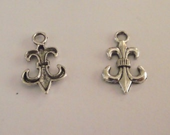Set of 10 Silver tone Fleur de lis charms for jewelry
