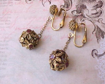 Pretty Vintage Dangling Earrings with Enameled Daisy Motif
