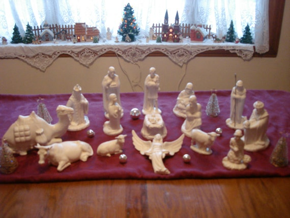 Vintage Classic White Ceramic Nativity 16 Piece Set Vintage