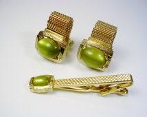 Vintage Mesh Wrap Cufflinks, Tie Clip Set, gold tone, inlaid green Thermoset, Wedding Jewelry, Men's Gift, Formal Wear, Groom Best Man
