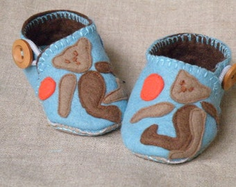 Wool Felt Baby Boy Shoes/ Booties with playing bears/3-6 months