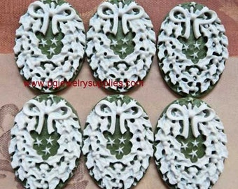 25mm x 18mm Christmas holiday wreath cameos white on a green background 6 pcs lot l