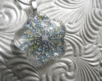 Queen Anne's Lace Glass Flower Shaped Pressed Flower Pendant w/Snowflakes,Micro Change Glitter-Symbol Of Peace-Gifts For 25-Glistening Snow