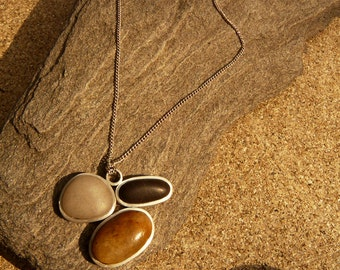 Contrast. Pendant and chain in Silver. Frame for three stones from the Mediterranean sea with contrasted natural colours. Single edition.