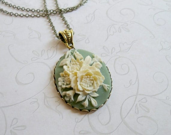Historic wedding venue, special touch: cameo necklace