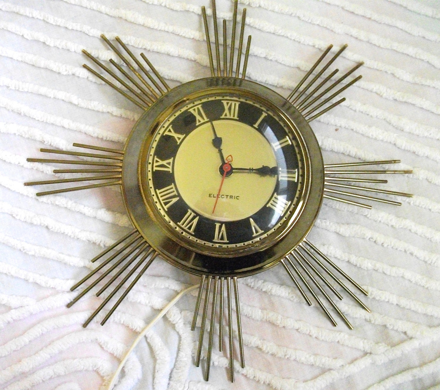 vintage starburst electric wall clock starburst gold spokes. Black Bedroom Furniture Sets. Home Design Ideas