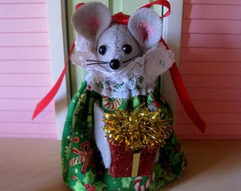 Christmas Mouse with a Present