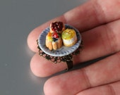Three cakes plate ring