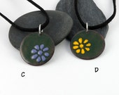 Everyday enamels - round daisy pendant, colorful flower on green background
