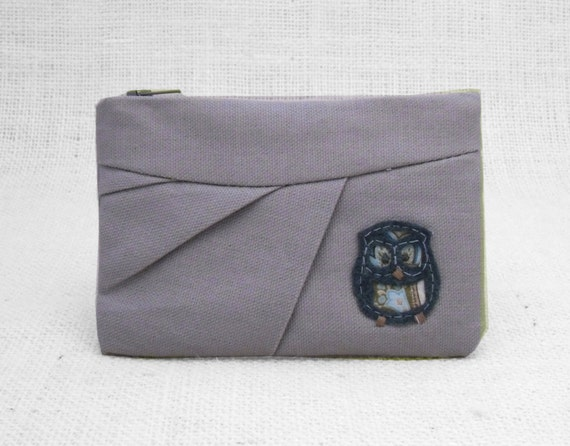 Owl zippered wallet with felt applique in pleated ice gray canvas fabric