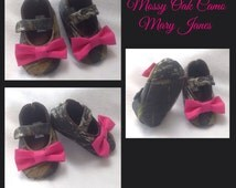 Baby Girl Shoes, Mossy Oak Camo fabric with Hot Pink bow / Newborn girl shoes / Infant girl shoes / Toddler girl shoes