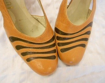 Vintage Caramel Heels  /60s Chunky Slingback Shoes / Artsy Swirly heels 6 B