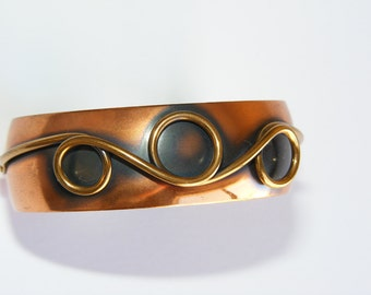 Vintage copper cuff with wire swirl detail 1960s. Modernist design. Stamped. Unworn Vintage statement jewelry.