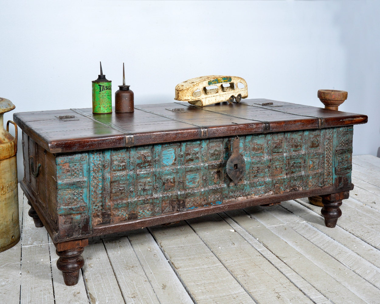 Reclaimed trunk coffee table antique indian intense blue Old trunks as coffee tables
