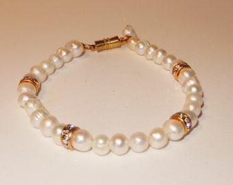 Fresh water pearls - Pearl bracelet - Ivory pearls - Swarovski crystal elements- Magnetic clasp - Rhinestone beads - Brides bracelet