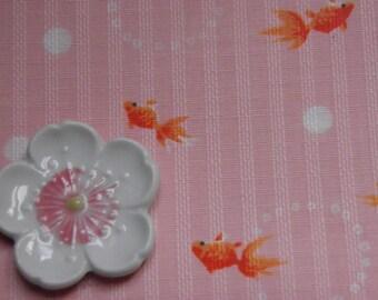 Tissu japonais motif poissons fond rose- 50 cm