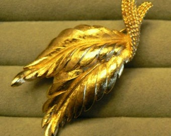 vintage jewels ...  MONET signed Gold toned LEAF BROOCH Pin   ...