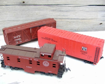Vintage Model Train Cars Caboose Boxcar Cattle Car HO Scale set of 3