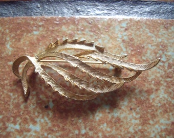 Collectible 1970s Sarah Coventry Gold Tone Leaf Pattern Pin Brooch