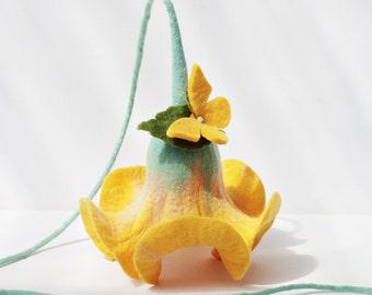 Mariage de cadeaux, de fleurs en jaune avec une décoration de papillon pour les fleurs d'appartement pour fenêtre suspendus