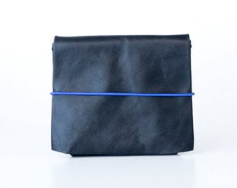 origami wallet - Small black vintage leather with blue elastic cord (horizontal)