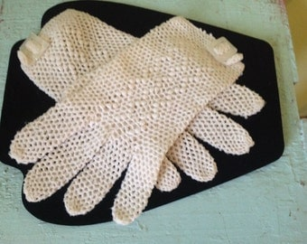 Vintage set of gloves with pearl clip