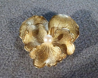 Vintage 1950's 12k. Gold Filled Flower Shaped Pin Brooch with Genuine Cultured Pearl   B