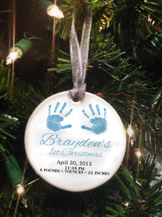 Ein Baby Foto zu Weihnachten an den Baum hängen
