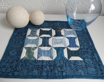"Right angeld table topper in blue. 14,5"" x 12,5"", 38 cm x 32 cm. Handpieced and handquilted tabletopper."