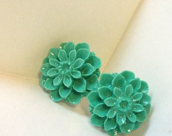 Beautiful Dhalia flower earrings, handmade. Available in pink and turquoise.