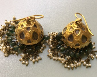 Earrings Rajasthan, late ' 800. PREZIOSI: natural gold, pearls, diamonds, emeralds.