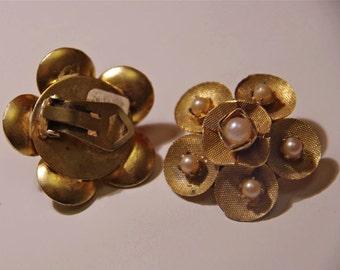 Original vintage 60s floral golden grid/pearls earrings