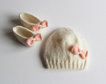 Newborn knitted baby hat / hand knitted baby hat / hand knit baby booties / hand knitted baby clothing