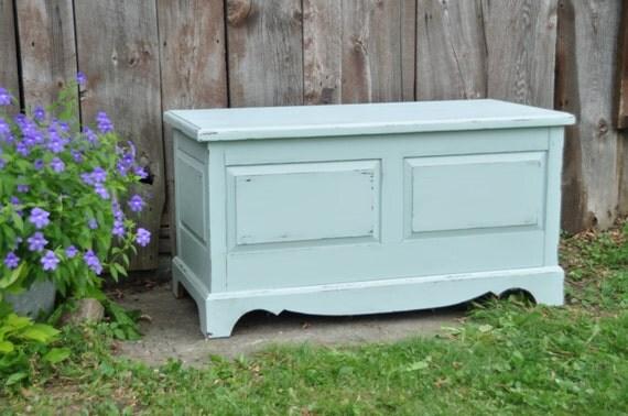 Coffre banc en bois massif pale blue peinture avec for Banc pour couloir