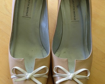 Vintage Saks Fifth Ave. tan pump with bow tie trim piece. Women's U. S. size 9 medium