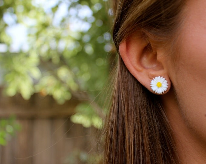White Daisy Flower Post Stud Earrings.