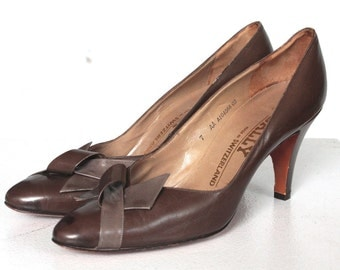 Vintage 1970s Heels // 70s Brown Leather Heels with Two Tone Bow // DIVINE