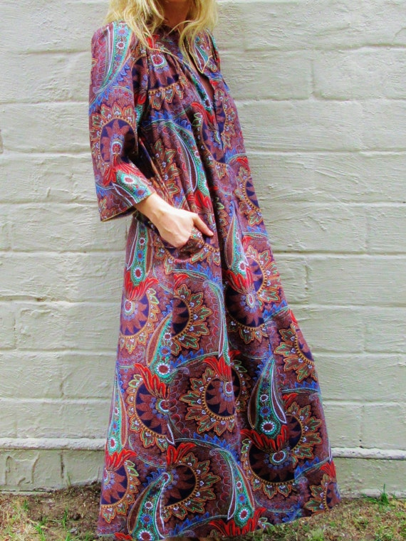 PAISLEY stella fagin MAXI dress kaftan moo moo muu muu BOLD graphic print. petite fit. front zip festival dress. bohemian cool hippie dress.