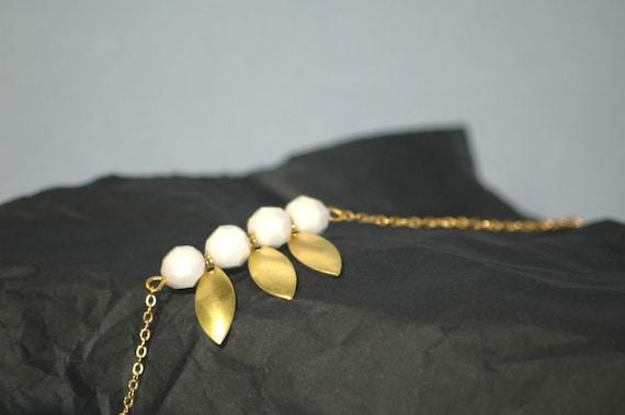 Bracelet chaine fine, trio de perles blanches et goutte en métal doré