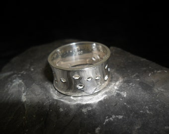 Broad and concave ring in sterling silver