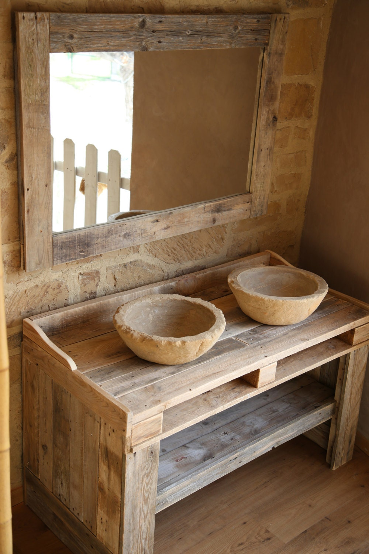 Mueble de ba o hecho con madera de palet reciclada con lavabos for Mueble hecho con palet