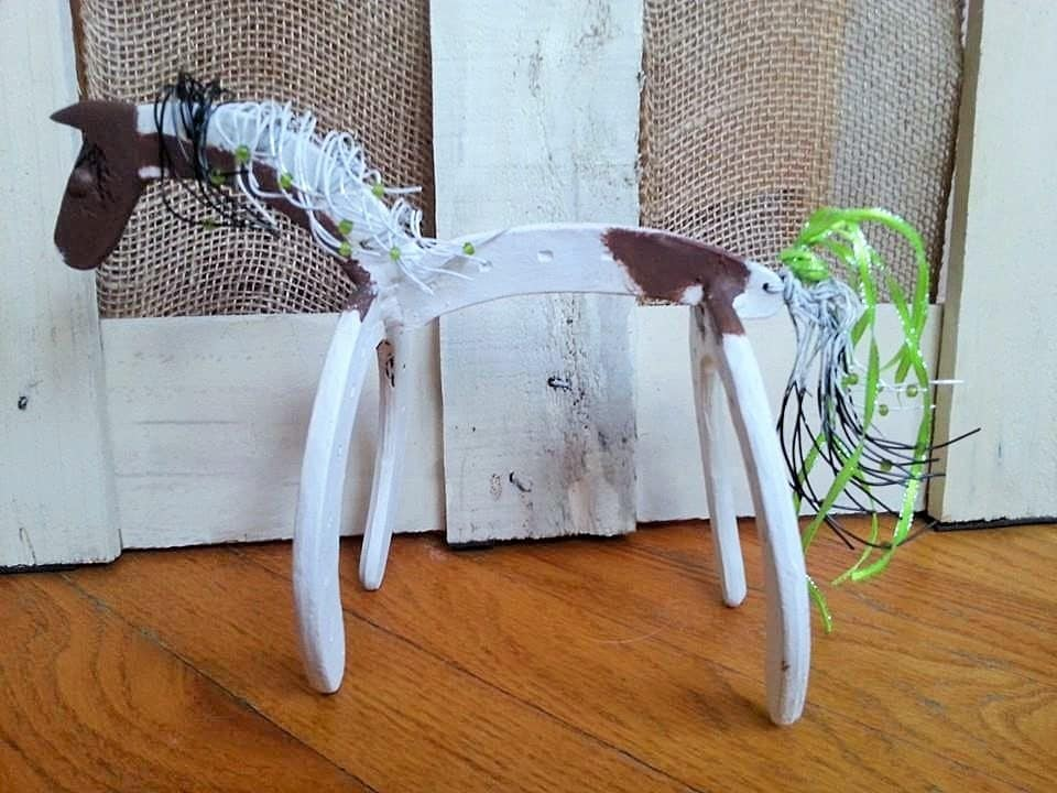 Horse statue horseshoe decor horseshoe art by whoagirldesigns for How to decorate horseshoes