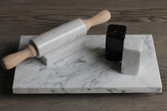 Articoli simili a set da cucina in marmo di carrara for Tagliere in marmo