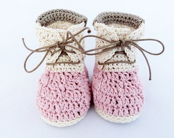 Crochet baby booties for baby girl pink. Queches Booties model