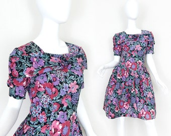 Vtg 80s Floral Print Full Skirt Rockabilly Women's Dress - Size 7 / 8 - 50s Inspired Black Pink Purple Feminine Flower Dress - Gothic Lolita